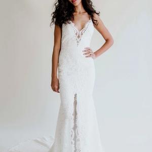Brautkleid mit Spitze und Schlitz