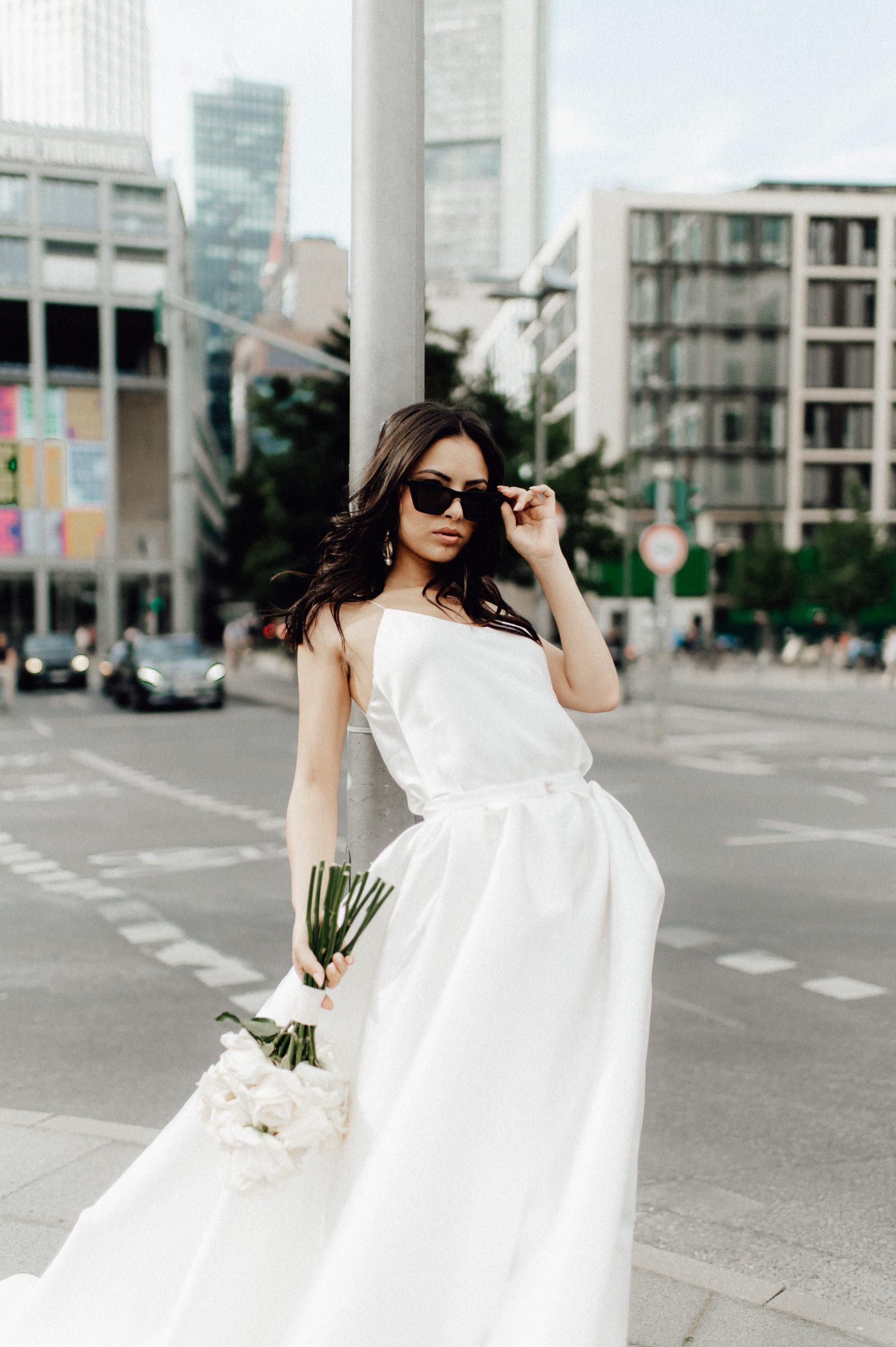 Braut im Zweiteiler mitten in der Frankfurter City