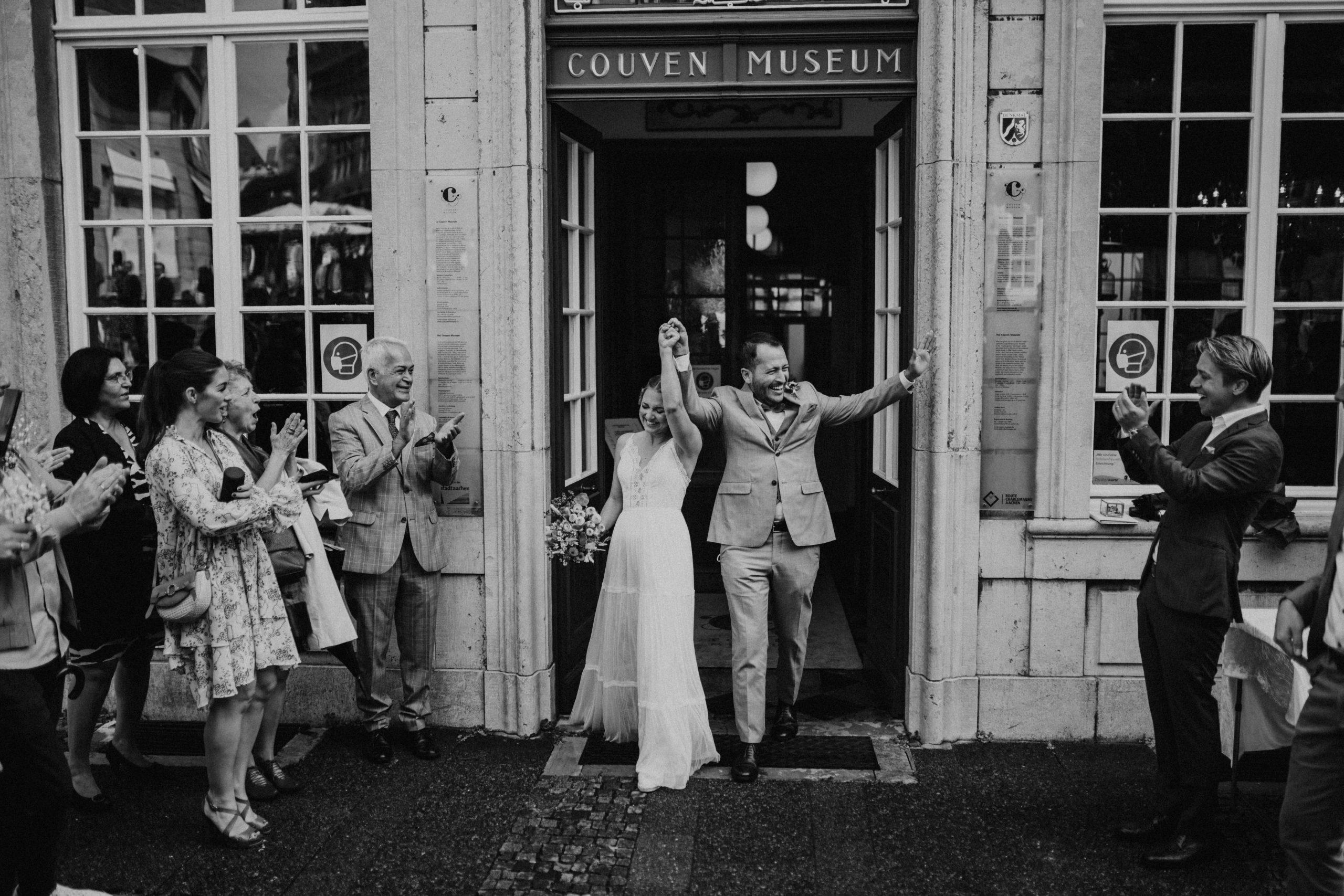 Just Married Braut und Bräutigam verlassen das Standesamt