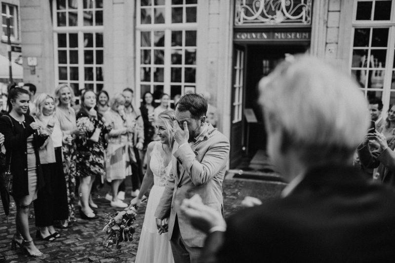 Braut und Bräutigam vor dem Standesamt Aachen