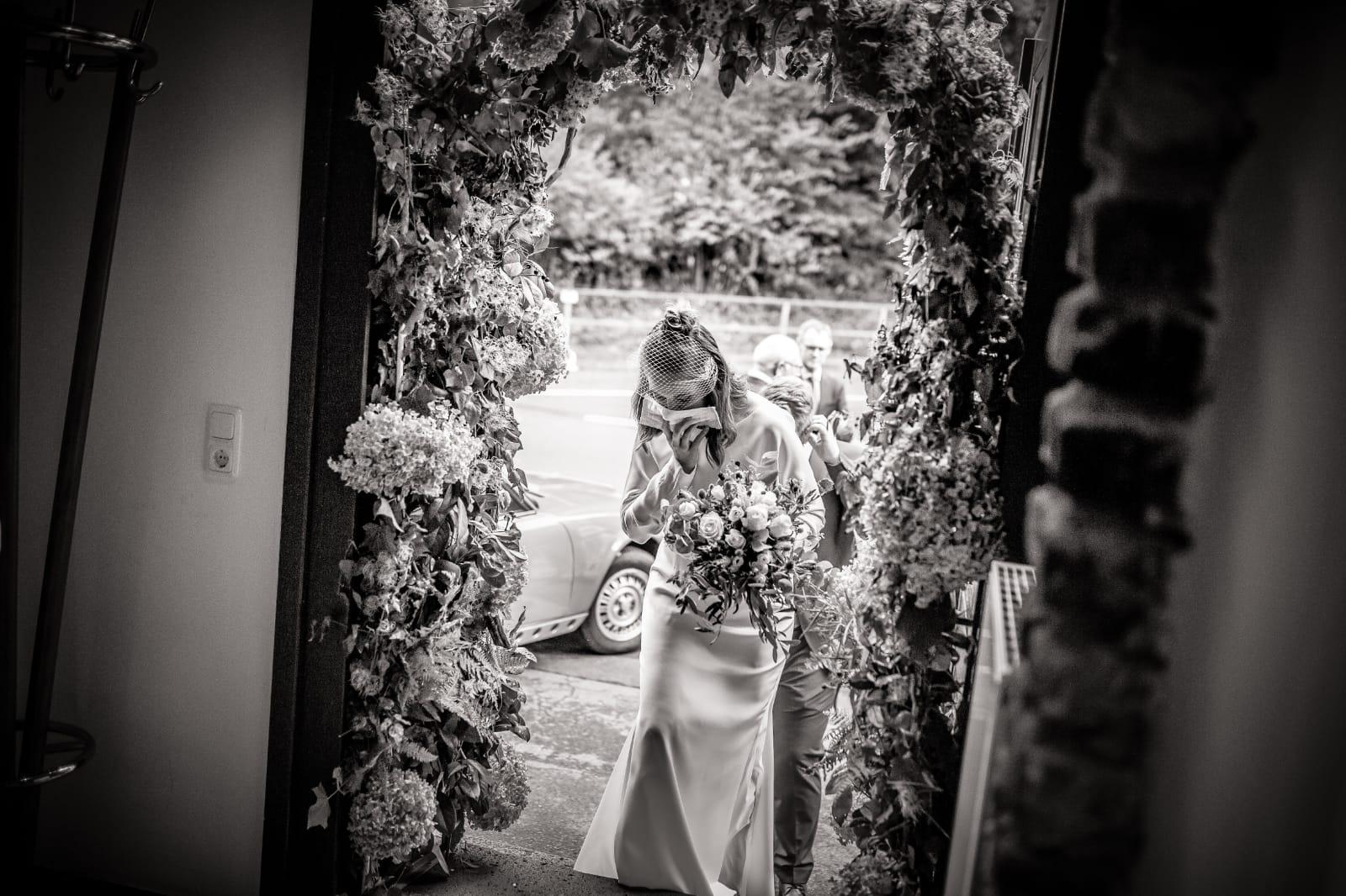 White Concepts Bride Christin auf dem Weg zur Trauung