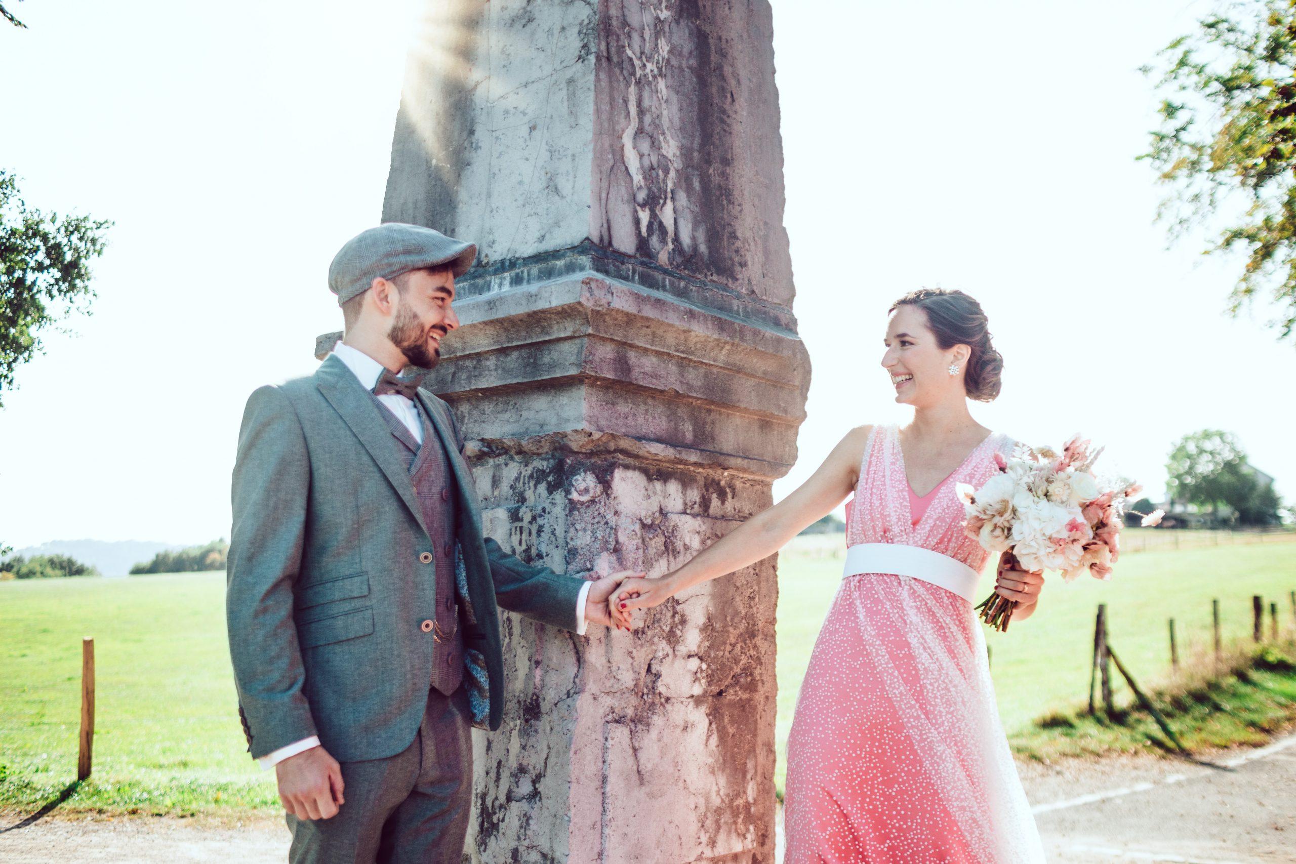 Braut und Bräutigam bei Sonnenschein ganz glücklich