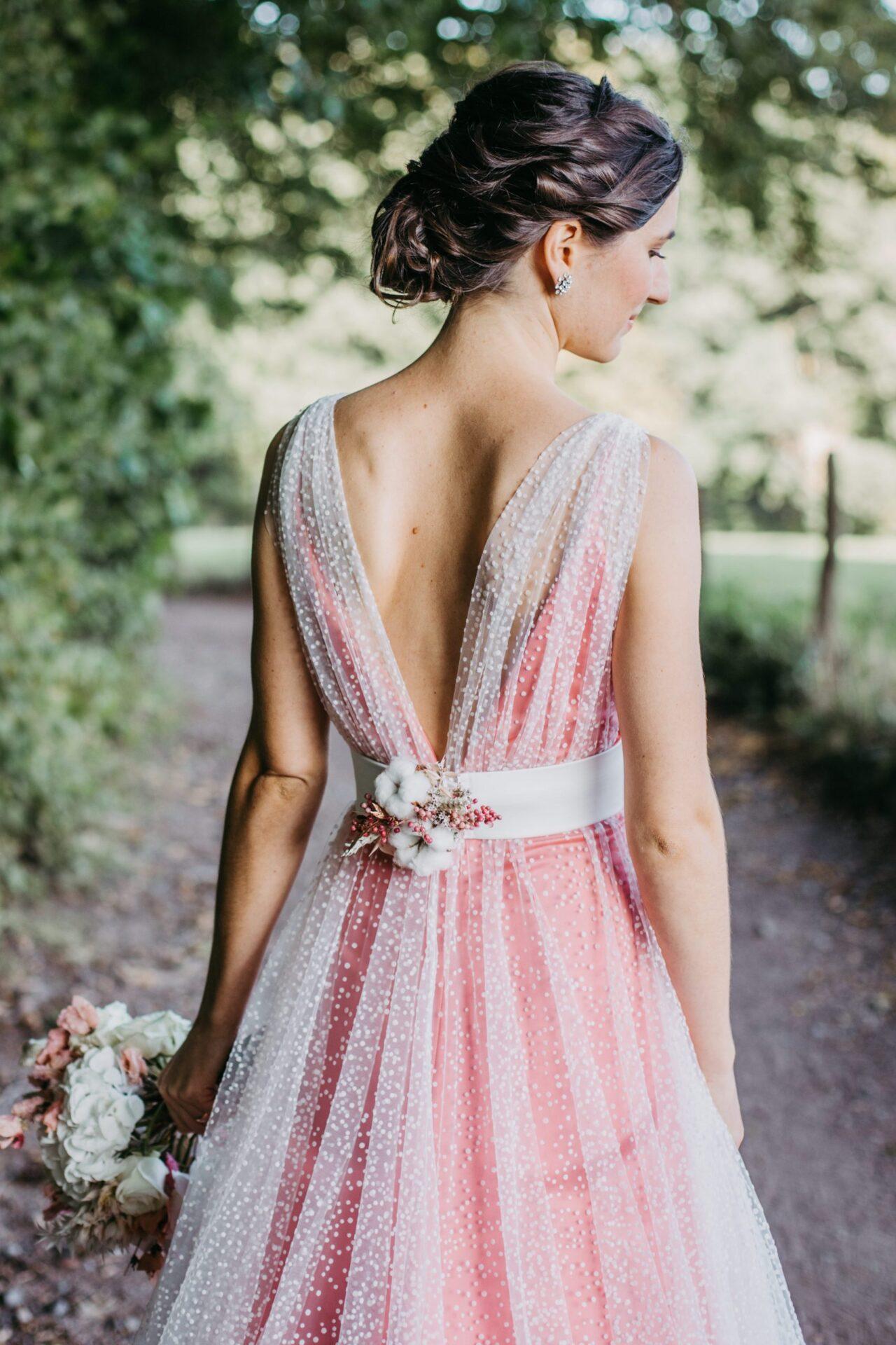 Rückenansicht Braut Frauke mit Blumendetails im Rücken
